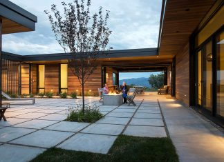 A home design that weaves uninterrupted views of Utah's iconic mountains into the daily living of the family that flocks there