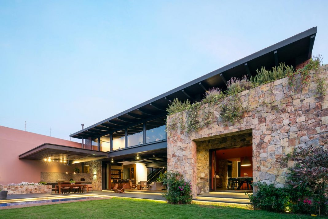 House by AE Arquitectos that balances two different styles