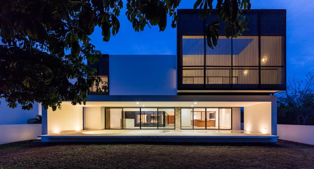 Amazing project overlooking the golf course by Boyance Arquitectos