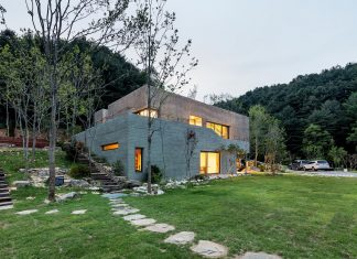 House built on a site that enjoys the splendid nature along the river