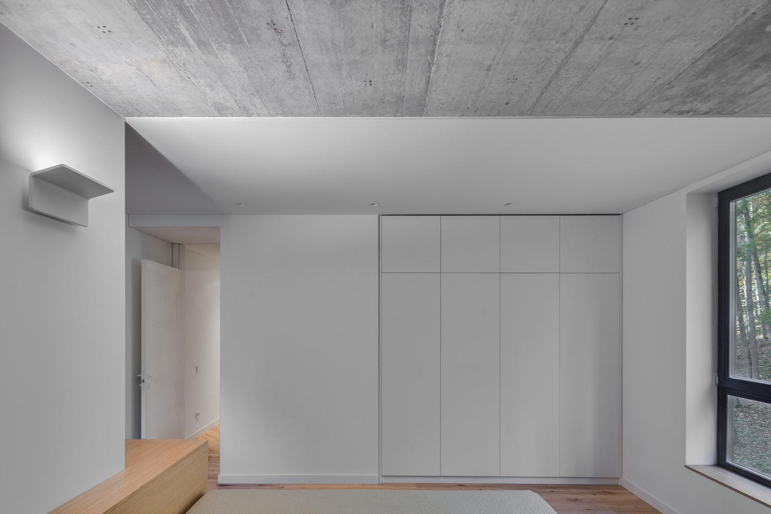 House recessed hidden behind continuous concrete wall ycl studio 06