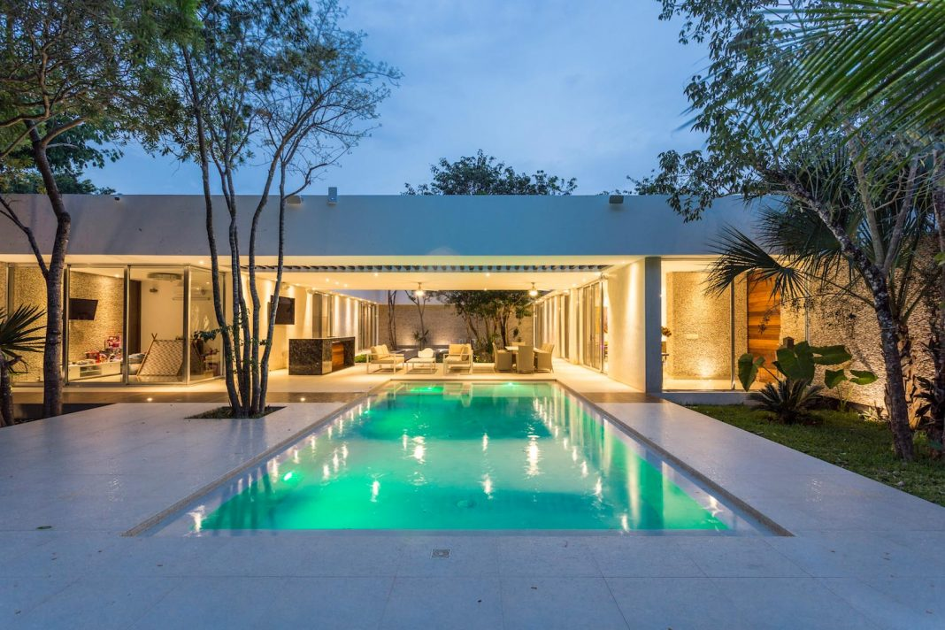 Contemporary house designed with the concept of spatial fluidity located on the outskirts of Playa del Carmen