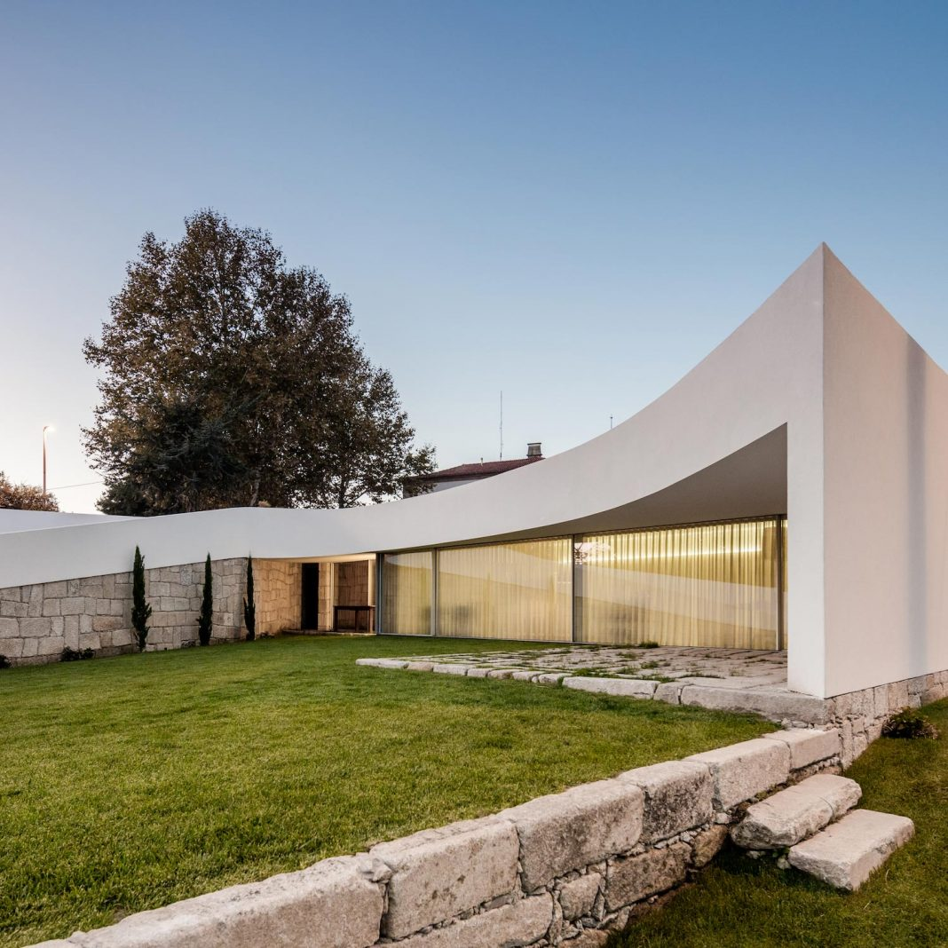 ED&JO curved house in Famalicão designed by NOARQ