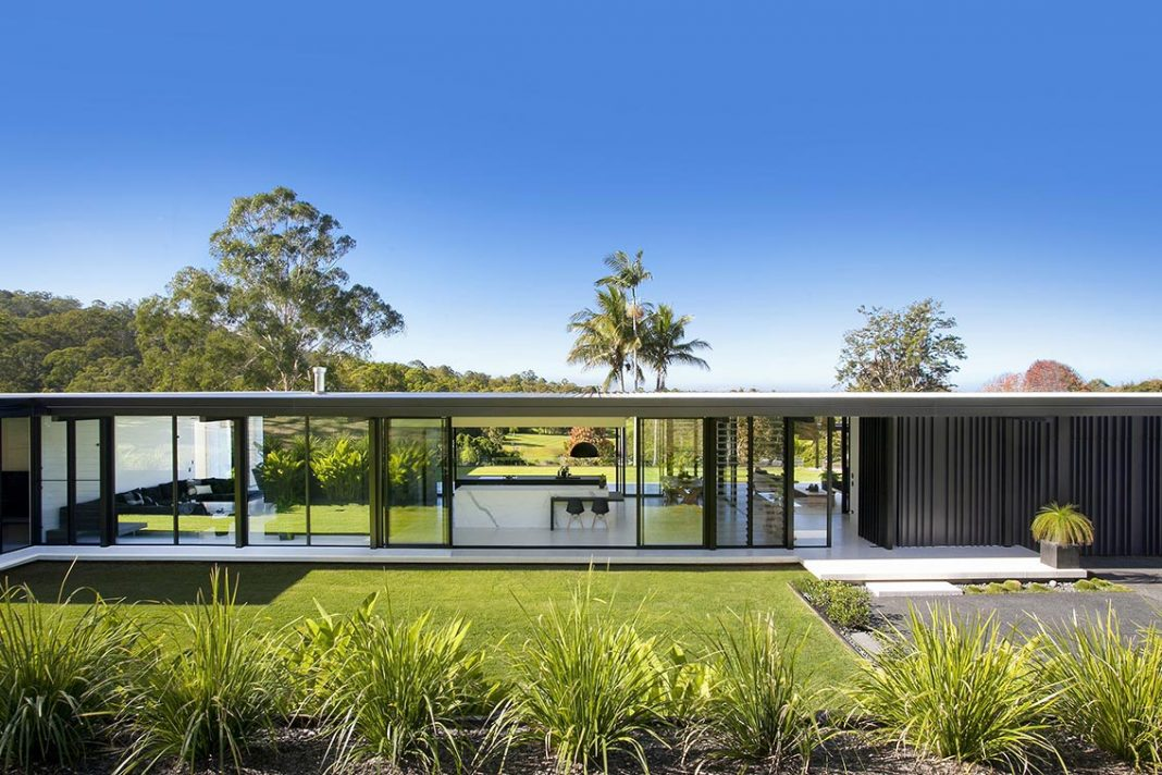 Minimalist single story house located in noosa australia for Minimalist house architecture
