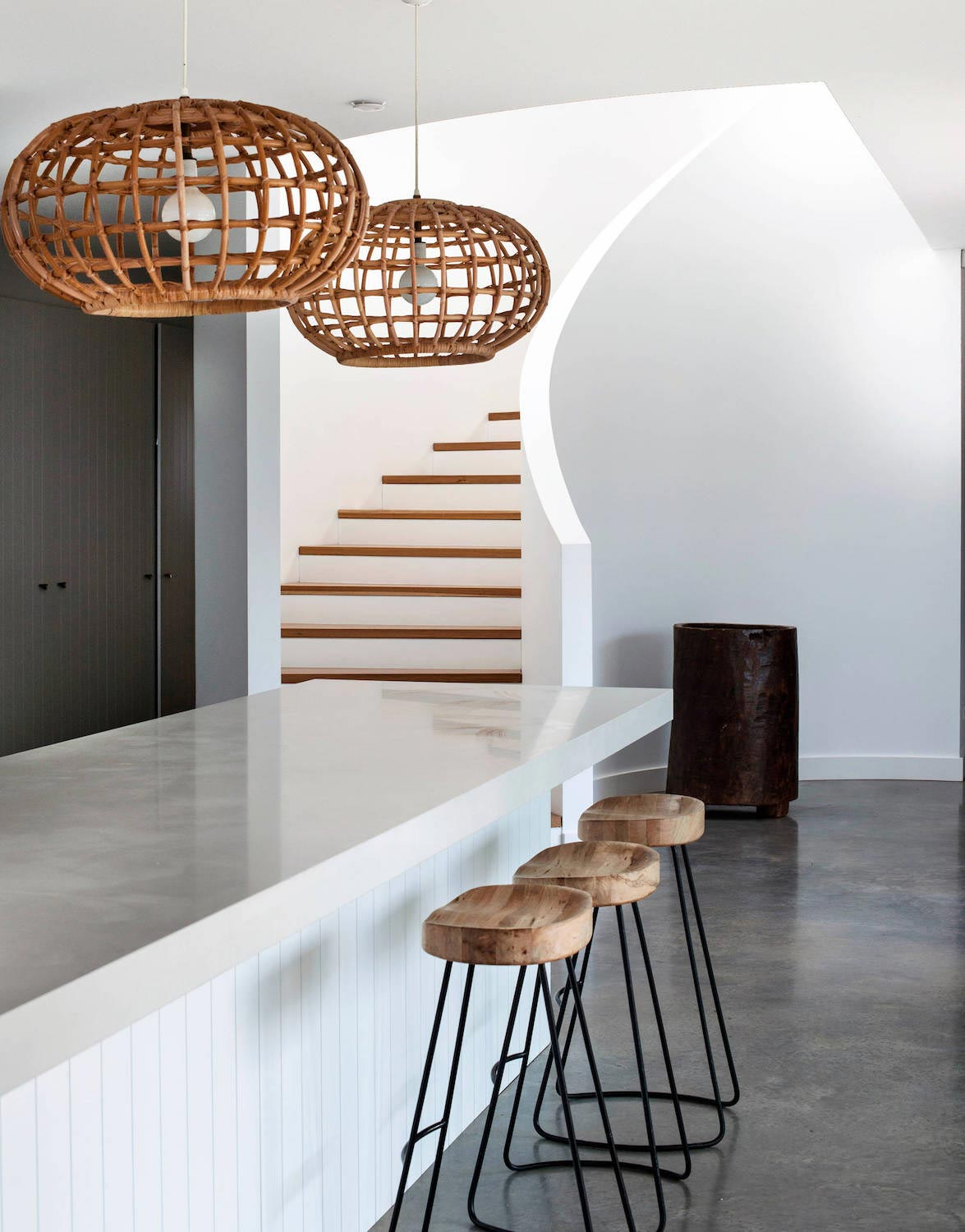 simple-white-palette-natural-textures-contribute-relaxed-beach-house ...