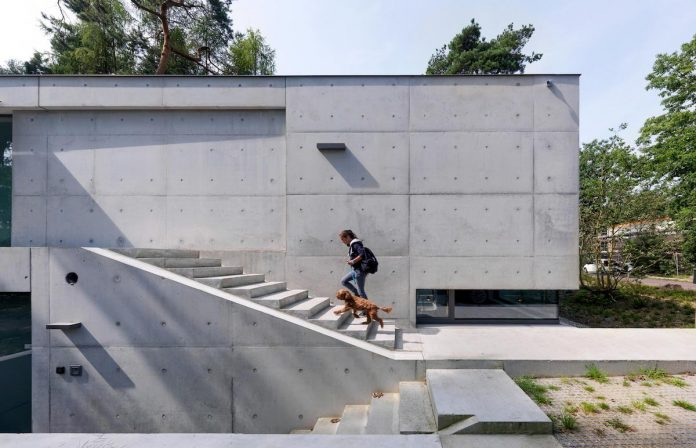 House Zeist finished inside and out in exposed concrete by Bedaux de Brouwer Architects
