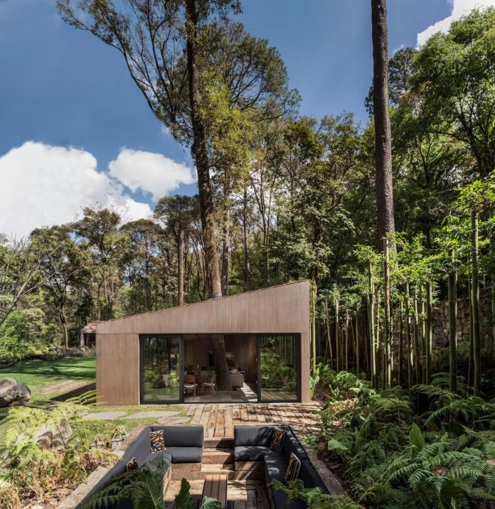 Modern weekend house designed to integrate the natural surroundings
