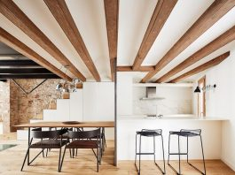 Triplex apartment that combines modern with old by Valentí Albareda