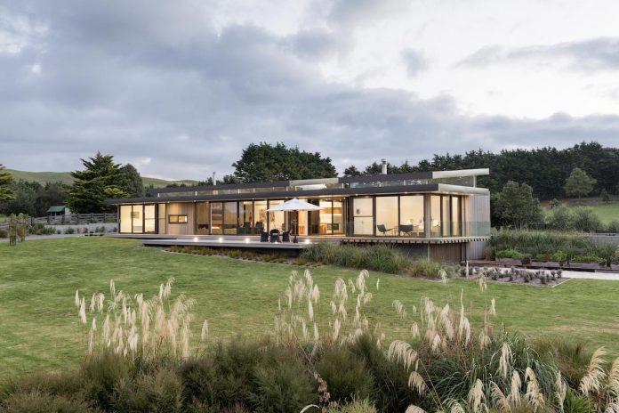 Lake's Edge: light, airy holiday home by Chow:Hill Architects
